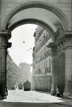 1927. Los tranvías trepan los últimos metros de la calle Toledo antes de ingresar en la Plaza Mayor.