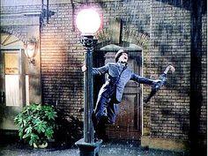 """Cantando na Chuva - Desciclopédia Cantando na Chuva é mais um filme da série """"Filmes cujas trilhas são mais conhecidas do que os próprios filmes"""". Foi produzido nos anos 50, para fazer uma espécie de """"remake"""" do espetáculo da Broadway que também tem o mesmo nome e que inovou no mundo dos musicais por ser o primeiro musical que jogou um balde de água fria nas classes mais favorecidas e ricas de Nova York... Literalmente."""