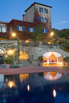 Pool and tower at Torre del Tartufo by night at our cooking school Tuscany