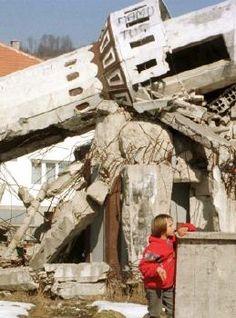 """savaşın çocuğu olmak Srebrenitsa'da; """"çocukları küçük kurşunlarla öldürürler değil mi anne?"""" diye sorduktan sonra, soruna cevap bulamamayı göze almaktır. dünyanın seyrettiği bir katliamın ortasında, mavi kelebeklerle umudu aramaktır."""