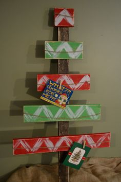 Red and green Christmas card holder for the backdrop. We'll line up the cards on each branch. Pallet Christmas, Wood Christmas Tree, Green Christmas, Christmas Signs, Christmas Card Holders, Christmas Projects, Christmas Decorations, Chevron Christmas, Diy Christmas