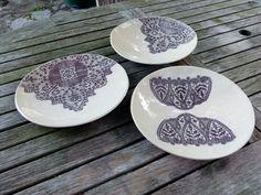 Assiettes céramique estampes dentelles anciennes. Par Framboise des Bois.