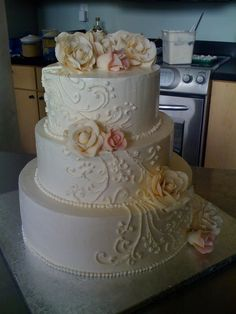 3 tier round ivory wedding cake — Round Wedding Cakes