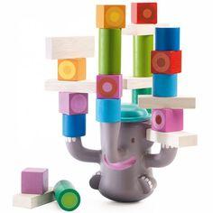 Úgy kell felhelyezned a kockákat, hogy ne dőljön le a torony.   A játékos feladata építeni és egyensúlyban tartani az elefántot anélkül, hogy eldőlne.  Figyelemfejlesztő játék, amelynek nagy szerepe van az összpontosító képesség és a gondolkodás fejlődésében.   Anyaga: fa és műanyag.     2 éves kortól ajánlott.