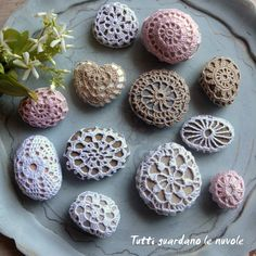 Everyone looks at the clouds: Sassi and Crochet Crochet Stone, Crochet Cross, Crochet Art, Love Crochet, Learn To Crochet, Irish Crochet, Crochet Doilies, Crochet Patterns, Rock Decor