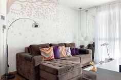 Como melhorar um sofa marrom com almofadas