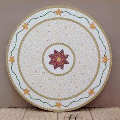 Os motivos que mais amo em mosaico são mandalas e flores. Neste tampo de mesa, utilizei os dois, e fiquei apaixonada pelo resultado!