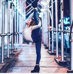 View all pictures, buttons and outfits from Sofie Dossi ( on 21 Buttons Flexibility Dance, Gymnastics Flexibility, Acrobatic Gymnastics, Olympic Gymnastics, Olympic Games, Dance Photography Poses, Gymnastics Photography, Dance Poses, Creative Dance Photography