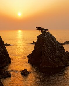 Visit Sengan Matsushima Sunset in Tottori prefecture in Japan in the autumn season! This beautiful view is near our two Wasoukan stores in Tottori. Beautiful World, Beautiful Places, Beautiful Scenery, Samurai, Tottori, Shades Of Gold, Perfect World, Ciel, Japan Travel
