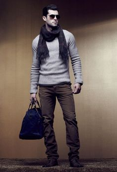 Nice fitting sweater. I like that the blue bag add some color to the neutral palette. #properfit #sweater #neutral