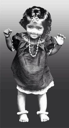 Lata Bollywood Photos, Indian Bollywood, Bollywood Stars, Bollywood Celebrities, Famous Photos, Rare Photos, Famous Faces, Old Photos, Childhood Images