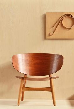 Hans J. Wegner Shell chair, designed in 1948 and Alvar Aalto´s wooden wall relief, a. 1950s. / Nord3