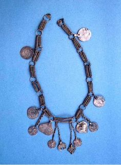 Hämeenlinna Linnaniemi Necklace Method identical to Hauhossa find. Viking Dress, Viking Knit, Viking Age, Viking Jewelry, Ancient Jewelry, Antique Jewelry, Vikings, Norse People, Historical Artifacts