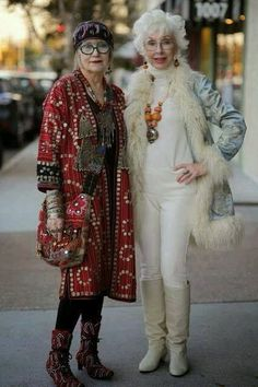 Great looking womens fashion over 1044 Older Women Fashion, Over 50 Womens Fashion, Fashion Over 50, Look Fashion, Stylish Older Women, Street Fashion, Moda Tribal, Dame Chic, Mode Hippie