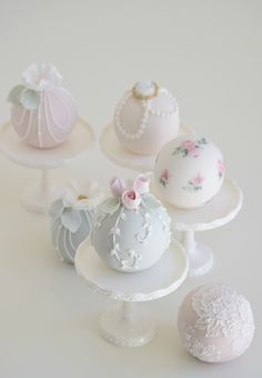 Little cakes including mini cakes, sphere cakes, cupcakes, cookies, cake pops and macarons. Elegant Cake Pops, Elegant Cakes, Mini Wedding Cakes, Wedding Sweets, Wedding Cake Pops, Cupcakes, Cupcake Cakes, Cake Decorating Techniques, Cake Decorating Tips
