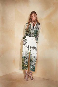 Guarda la sfilata di moda Alberta Ferretti a New York e scopri la collezione di abiti e accessori per la stagione Pre-collezioni Primavera Estate 2018.