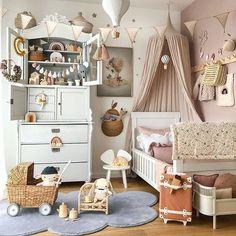 Filippa's Scandinavian Bedroom full of Vintage Finds - Babyzimmer Baby Bedroom, Girls Bedroom, Childrens Bedrooms Girls, Kid Bedrooms, Deco Kids, Dressing Room Design, Scandinavian Bedroom, Scandinavian Design, Kids Room Design