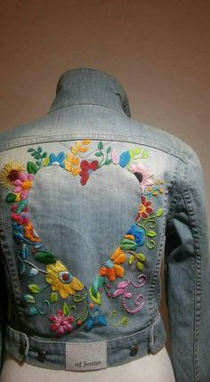 Paint around shape with gold or silver doodles Denim Jacket Embroidery, Diy Embroidery, Mexican Embroidery, Cross Stitch Embroidery, Blouson, Denim Jackets, Jeans Brodés, Painted Jeans, Embroidered Clothes