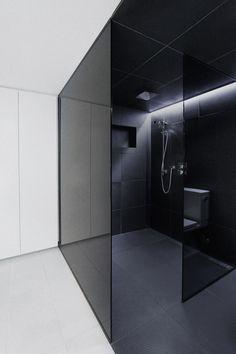 gekleurd glas badkamer + rubber vloer in douche