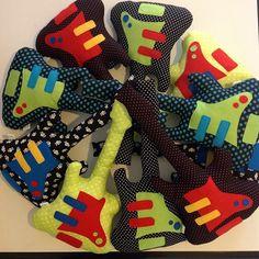 Fofas e coloridas! #almofada #guitarras #kids