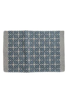 Bath mat in braided cotton with an all-over print on the front and anti-slip protectors on the back.