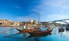 Week-end Portugal. Bien desservie depuis la France, Porto est une destination idéale pour un citybreak dépaysant, gourmand et reposant. Son centre historique, imprégné de saudade, offre quantité de charmantes balades à faire à pied, avant d'aller prendre l'air dans l'un de ses parcs ou sur l'une des plages proches du cœur de ville. Et, bien sûr, la visite des caves des vins de Porto est immanquable.