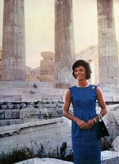 First Lady Jackie Kennedy visiting the Parthenon in Athens, Greece on June She is wearing a blue sleeveless dress designed by Norman Norell. Jacqueline Kennedy Onassis, John Kennedy, Estilo Jackie Kennedy, Jaqueline Kennedy, Lee Radziwill, 1960s Fashion, Vintage Fashion, Carolina Herrera, Jackie Oh