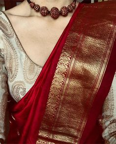 Rotgold-Saree mit elfenbeingoldener Bluse und roter Perlenkette # Source by . Silk Saree Blouse Designs, Saree Blouse Patterns, Blouse Silk Saree, Designer Saree Blouses, Gold Silk Saree, Wedding Saree Blouse Designs, Saree Look, Red Saree, White Saree