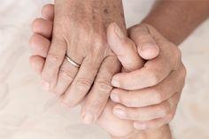 #ALZHEIMER Decidir ingresar a un ser querido en un Centro sociosanitario es algo que conlleva atravesar por momentos difíciles. Se trata de una dura decisión en la que resulta clave la ayuda de profesionales. ¿Sabes cómo puede ayudarte un trabajador social? Te lo contamos en este artículo.