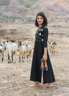 Simple Kurta Designs, Kurta Designs Women, Designer Kurtis, Indian Designer Outfits, Indian Outfits, Black Kurti, Ikkat Dresses, Kurta Patterns, Kurta With Pants