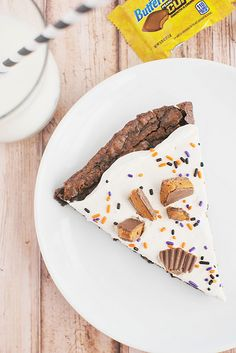 Butterfinger Brownie Pizza: Did someone say pizza? Serve up a slice of this sweet pizza, topped with frosting, sprinkles and Butterfinger Cups. Sweets Recipes, Candy Recipes, Brownie Recipes, Fall Recipes, Baking Recipes, Homemade Vanilla, Homemade Desserts, Summer Desserts, Just Desserts