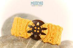 Armband handmade gelb mit Knopf aus Holz
