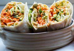 De vegetarische wraps met courgette en wortel zijn goed gevuld met groenten. Het gerecht wordt op smaak gebracht door kruiden en een zelfgemaakte dressing.