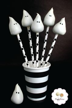 Desserts are liked by one and all – elders, adults and children. The latest to join the list of dessert items are cake pops. Cake pops are balls made of cake, dipped in melted chocolate and fixed o… Halloween Cake Pops, Halloween Sweets, Halloween Goodies, Halloween Food For Party, Halloween Stuff, Happy Halloween, Cupcake Toppers, Cupcake Cakes, Cake Pop Designs