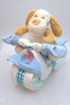 """Schattige luiermotor voor een stoere baby. De volgende artikelen zijn hierin verwerkt; • 33 luiers maat 3 • 2 slabben • 1 fles • 1 knuffeldier • 4 hydrofiel luiers/doeken • sokjes met tekst """"I love mama"""""""