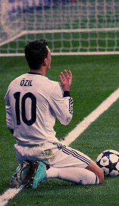 Mesut Özil either Shakespeare-ing or having a musical moment (or praying)
