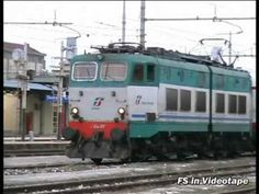 Una E.464 lascia la stazione di Torre Annunziata con il suo treno, il regionale Sapri - Napoli Centrale.