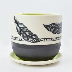 Dieses handgefertigte Porzellan-Pflanzer ausgelöst in zwei Stücke, Tasse und Teller abtropfen.  Die handbemalten Feder Gestaltung erfolgt mit einer