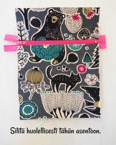 DIY: Pussukka tuplavetoketjulla - Punatukka ja kaksi karhua Diy Pencil Case, Foldover Bag, Sew Wallet, Quilted Bag, Sewing Patterns, Sewing Ideas, Weaving, Crossbody Bag, Pouch