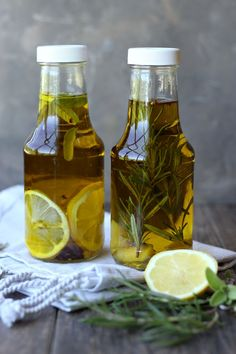 Rosemary & Lemon Infused Olive Oil Infused oils are incredibly easy to make and are an excellent option to quickly add flavor to pastas, salads, breads and more! Flavored Olive Oil, Flavored Oils, Infused Oils, Lemon Infused Olive Oil Recipe, Oil Garden, Edible Christmas Gifts, Vegan Christmas, Chutneys, Canning Recipes