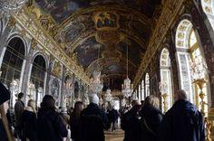 (Arquivo) Visitantes no Palácio de Versalhes, onde o tratado firmado na Galeria dos Espelhos encerrou a guerra entre a Alemanha e os Aliados