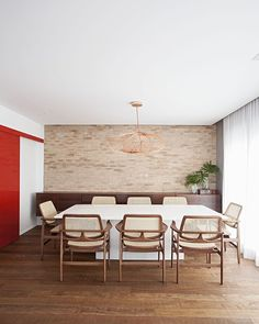 piso madeira de demolição, parede tijolinho