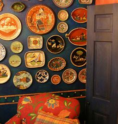 wall decorated with Mexican plates Mexican Interior Design, Mexican Designs, Mexican Home Decor, Mexican Folk Art, Mexican Kitchens, Country Kitchens, Mexican Ceramics, Mexico Style, Hacienda Style