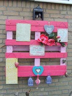 Een saai dan wel leeg stukje muur bij de voordeur? Verf een pallet, pimp de pallet op je eigen manier en klaar is het warme welkom voor vrienden dan wel tover je een glimlach op de gezichten van voorbijgangers!