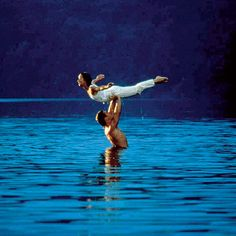 Remember that scene from Dirty Dancing when Patrick Swayze and Jennifer Grey practice their lifts in a lake? Turns out they weren't the only ones in the water; choreographer Kenny Ortega was right there beside them. Iconic Movies, Old Movies, Classic Movies, Great Movies, Patrick Swayze, Anime In, Movies And Series, Photo Couple, Love Movie