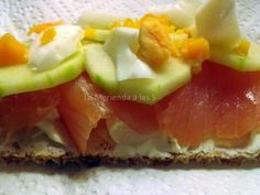 Tostas de salmón, philadelphia, pepino y huevo
