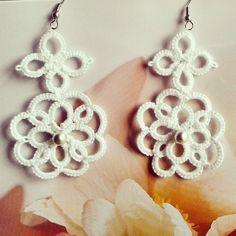 Handmade Bijoux and Accessories - Orecchini realizzati a mano al chiacchierino colore bianco con perla grigia