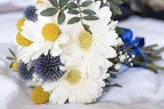 Bouquet de mariée composé de gerberas blancs, chardons de pays, et craspédias. Crédit photos: Doune Photos www.lapetiteboutiquedefleurs.fr