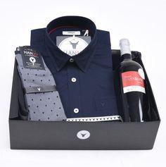 """Coffret Idée Cadeau de Noël pour Homme """"Cru d'Été""""  Chemise Homme bleue marine légère en voile de coton + bouteille de vin rouge et chaussettes en fil d'écosse Hanjo, le vestiaire des épicuriens : https://hanjo.fr"""