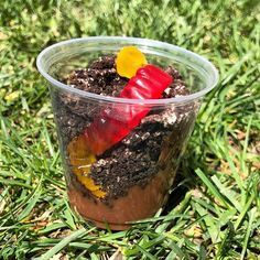 This week for Earth Week were making these delicious dirt cups with chocolate pudding Oreo cookies and gummy  worms! #dirtcups #funfoodforkids #earthday #minichef #playbasedlearning #englishisfun #aprendenjugandodesde2002